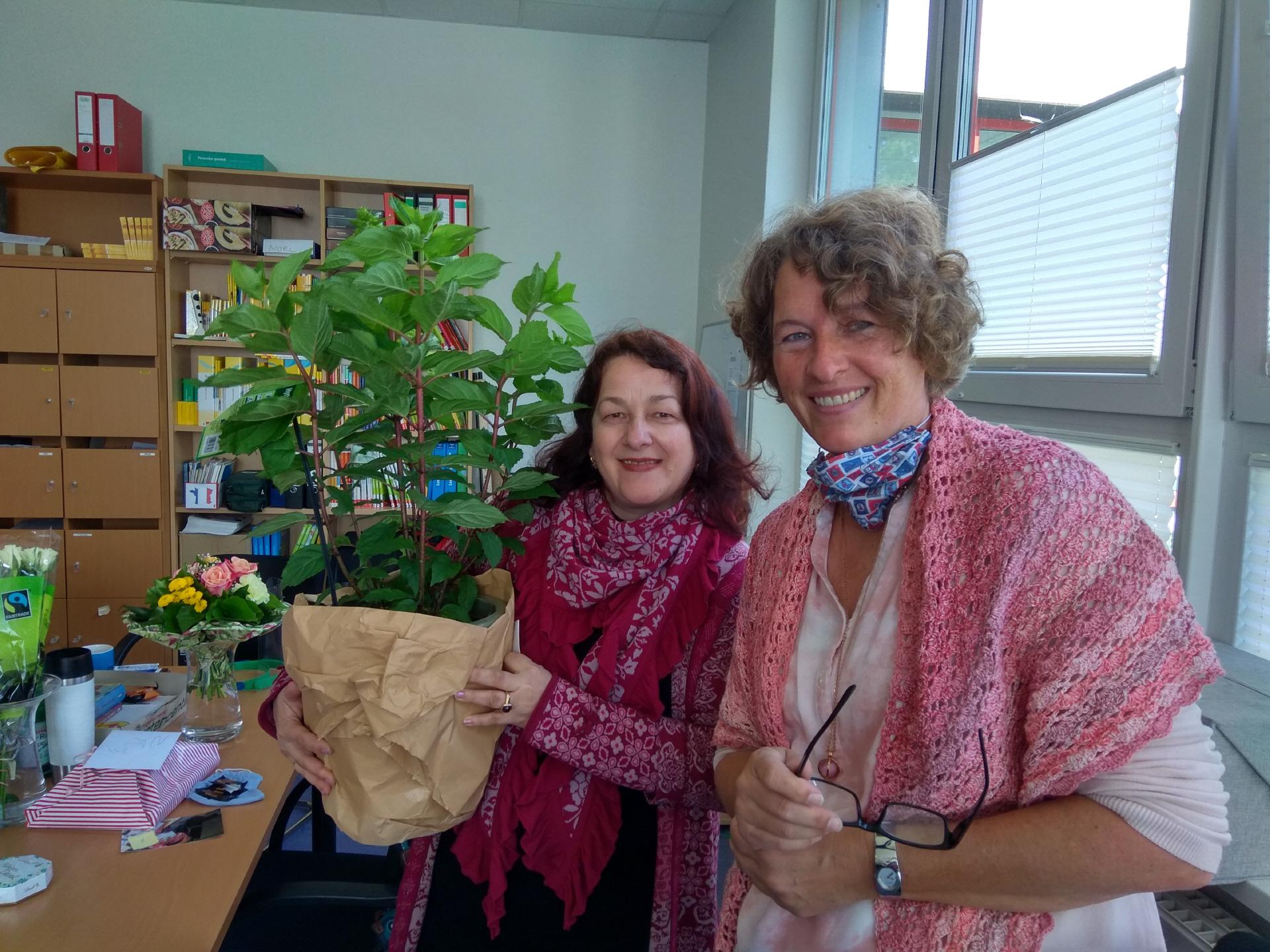Alles Gute! Christine Bürgener (li.) mit Personalrätin Barbara Leemhuis. Bild: Röttgers