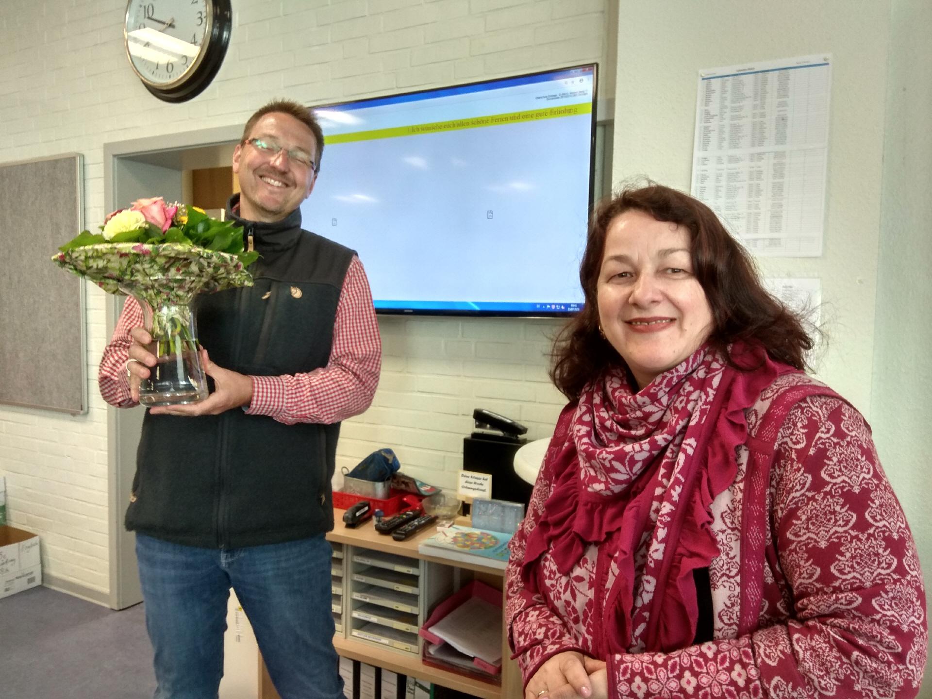 Der stellvertretende Schulleiter Axel Krämer verabschiedet Christine Bürgener. Bild: Röttgers