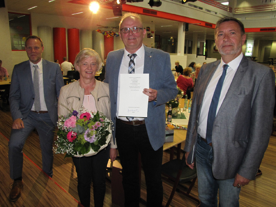 Abschied nach 23 Jahren Schulleitung: Dinklages Bürgermeister Frank Bittner (li.), Margret und Josef Kalvelage sowie Dezernent Stephan Hagemann. Bild: Röttgers