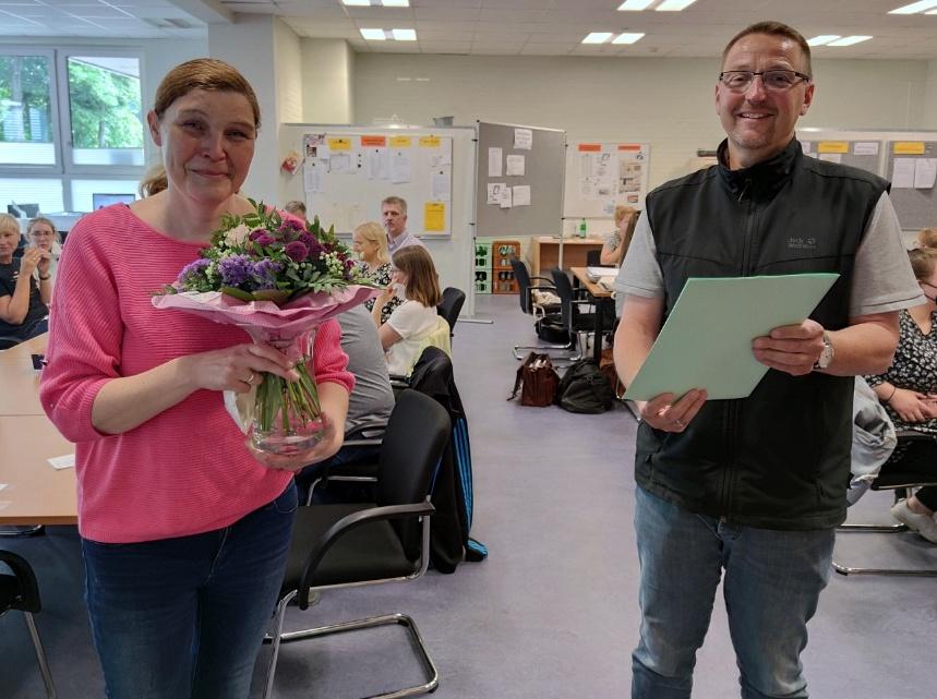Dienstjubiläum: Für 25 Jahre Schuldienst erhielt Bettina Seelhorst jetzt einen Blumenstrauß und eine Urkunde vom kommissarischen Schulleiter Axel Krämer. Foto: Röttgers
