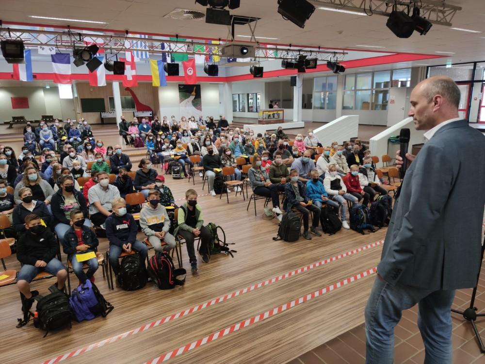 Stefan Fiebig (re.) hieß den neuen Jahrgang Fünf als neuer Hausherr und Schulleiter herzlich willkommen. Foto: Röttgers