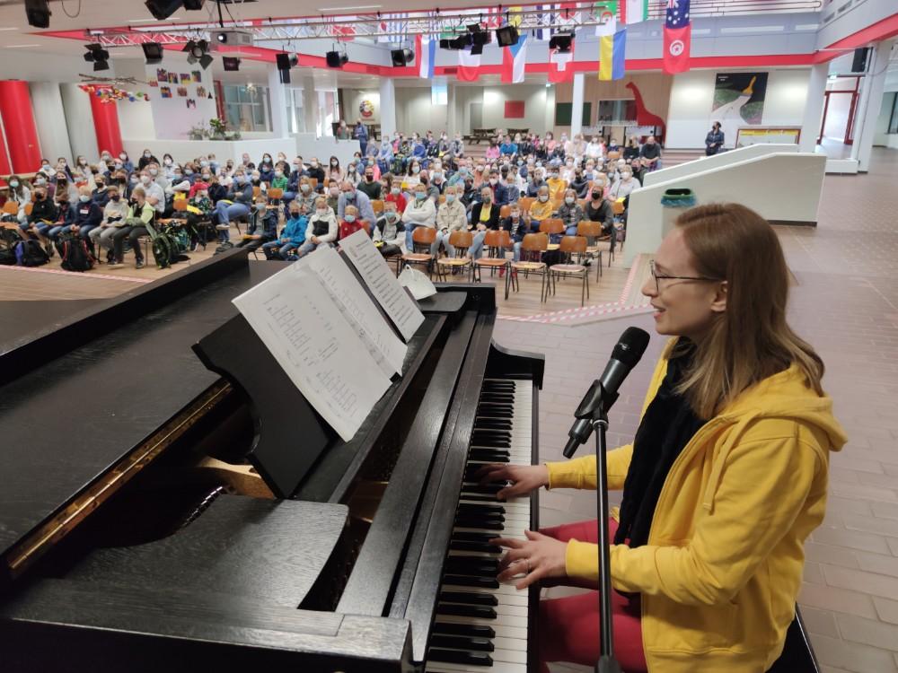 """""""Viel Erfolg!"""" sang Musiklehrerin Christiane Lücking und spielte dazu am Klavier. Foto: Röttgers"""